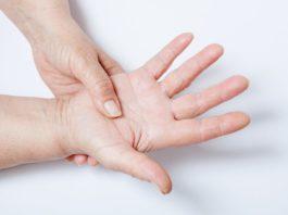 Почему немеют пальцы на руках: возможные причины